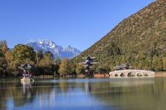 Beautiful view of the Black Dragon Pool and Jade Dragon Snow Mountain in Lijiang, Yunnan - China Stock Photos