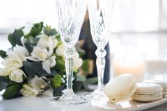 Beautiful wedding decoration with champagne and flowers, elegant Stock Photo