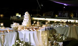 A beautiful wedding table with the cake stock images