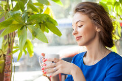 Beautiful woman enjoying a cup of coffe Royalty Free Stock Images