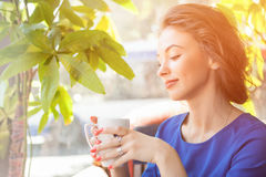 Beautiful woman enjoying a cup of coffe Royalty Free Stock Photos