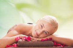 Beautiful Woman Getting Spa Massage in Kuuroordsalon Royalty-vrije Stock Afbeelding