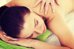 Beautiful woman lying on bed in spa salon. Royalty Free Stock Photos
