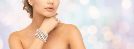 Beautiful woman with pearl bracelet and earrings Royalty Free Stock Photos