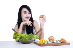 Beautiful woman preparing salad Royalty Free Stock Images