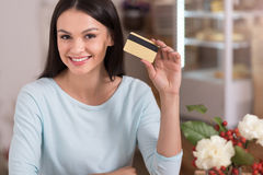 Beautiful woman presenting a discount card. Royalty Free Stock Images