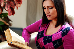 Beautiful woman reading the book Royalty Free Stock Images