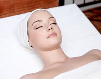 Beautiful woman relaxing in a spa salon Royalty Free Stock Photos