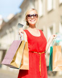 Beautiful woman with shopping bags in the ctiy Royalty Free Stock Photography