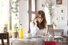 Beautiful woman sitting in coffee shop Royalty Free Stock Photography