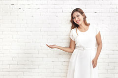 beautiful woman smiling and presenting copy space Royalty Free Stock Photography