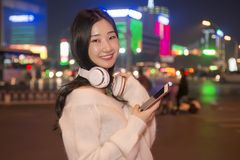 Beautiful girl to listen to music Royalty Free Stock Images