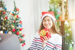 Beautiful woman wearing santa claus hat smiling Royalty Free Stock Photography