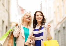 Beautiful women with shopping bags in the ctiy Royalty Free Stock Photos