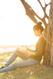 Beautiful young asian woman sitting and reading book Royalty Free Stock Photography