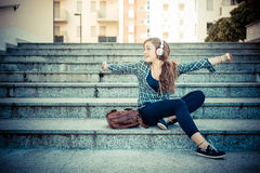 Beautiful young blonde hipster woman listening music Royalty Free Stock Photos