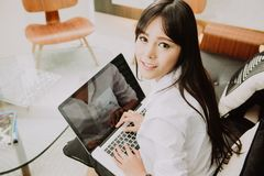 Beautiful Young Freelancer Woman Using Laptop Computer at home o Royalty Free Stock Photos