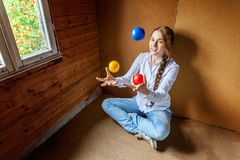 Young woman juggling Royalty Free Stock Photos