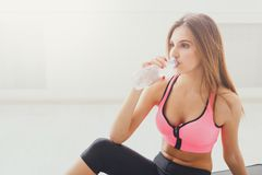 Beautiful young sport woman drinking water Royalty Free Stock Images