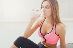 Beautiful young sport woman drinking water Stock Photography
