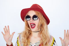 Beautiful young surprised woman wearing hat and sunglasses Royalty Free Stock Photos
