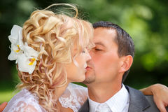 Beautiful young wedding couple kissing Royalty Free Stock Photography