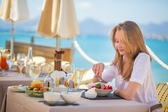 Beautiful young woman in a beach restaurant Royalty Free Stock Photos