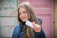 Beautiful young woman with smile displaying blank business card Royalty Free Stock Photos