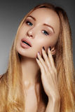 Beautiful young woman with clean skin, beautiful straight shiny hair, fashion makeup. Glamour make-up, perfect shape eyebrows. Por Stock Photos