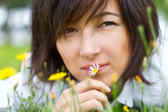 Beautiful young woman with daisy Royalty Free Stock Photography