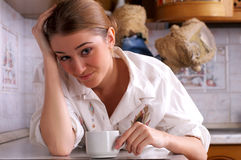Beautiful young woman drinks coffee Royalty Free Stock Photos