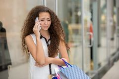 Beautiful young woman goes shopping Stock Images