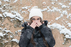 Beautiful young woman outside while its snowing Royalty Free Stock Photography