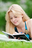 Beautiful young woman read book Royalty Free Stock Photos