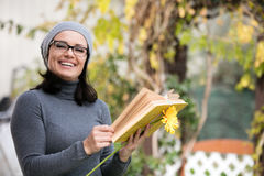 Beautiful young woman reading a book Royalty Free Stock Photos