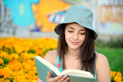 Beautiful young woman reading a book outside Royalty Free Stock Photography