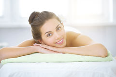 Beautiful young woman relaxing in the spa salon Royalty Free Stock Photography