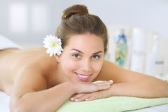Beautiful young woman relaxing in the spa salon Royalty Free Stock Photos