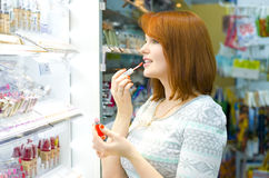 Beautiful young woman in the shop Royalty Free Stock Photos