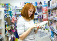 Beautiful young woman in the shop Royalty Free Stock Photography