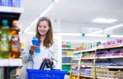 Beautiful young woman shopping in a grocery store/supermarket Royalty Free Stock Photos