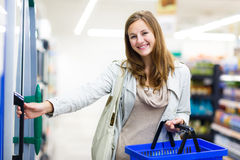 Beautiful young woman shopping in a grocery store/supermarket Stock Photography