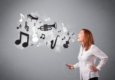 Beautiful young woman singing and listening to music with musica Royalty Free Stock Image