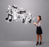 Beautiful young woman singing and listening to music with musica Stock Photography
