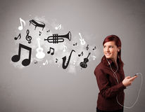 Beautiful young woman singing and listening to music with musica Stock Photos