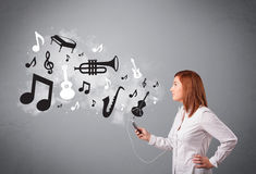 Beautiful young woman singing and listening to music with musica Royalty Free Stock Images