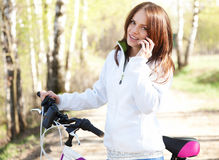 Beautiful young woman talking on mobile phone and smiling Royalty Free Stock Photos