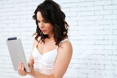 Beautiful young woman using tablet computer Royalty Free Stock Images