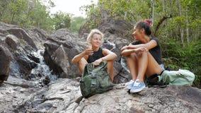 年轻Beautifule远足者女孩微笑和谈话在瀑布附近 酸值phangan泰国 HD,慢动作 影视素材