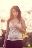 Beautifull有长的黑发的时尚女孩在庭院里 图库摄影